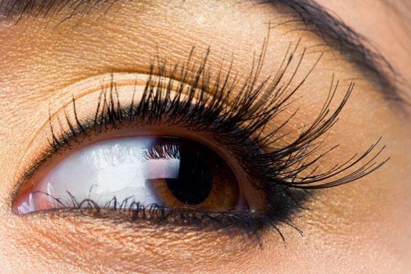 صورة كيفية تكحيل العين