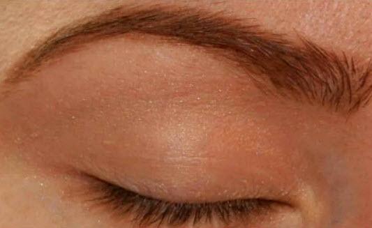 صورة طريقة عمل مكياج للعيون ناعم بالصور