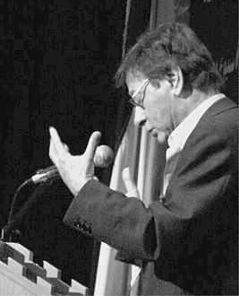 صورة نبذة عن حياة الشاعر محمود درويش