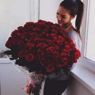 صورة صورة امراة وورود جميلة